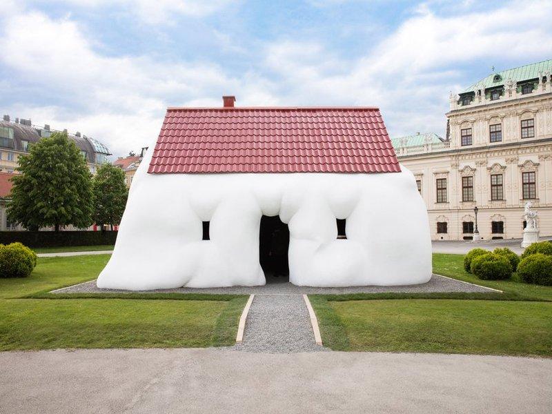 """Ngôi nhà """"béo phì"""" của Erwin Wurm bên ngoài cung điện Vinnena"""