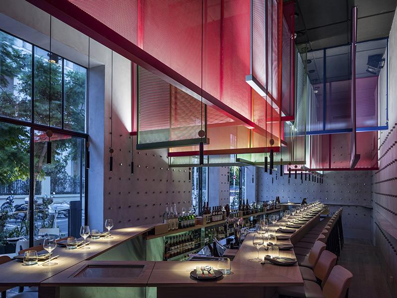 Không gian màu sắc từ những tấm màn treo tại nhà hàng ở Tel Aviv