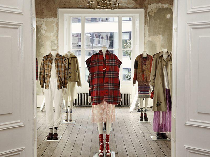 Sự kết hợp đặc sắc giữa thời trang hiện đại và kiến trúc Victoria cổ kính tại triển lãm Burberry