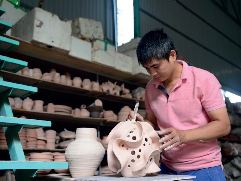 """""""Chơi với Gốm"""": Nguyễn Hồng Tân – làm duyên cho gốm"""