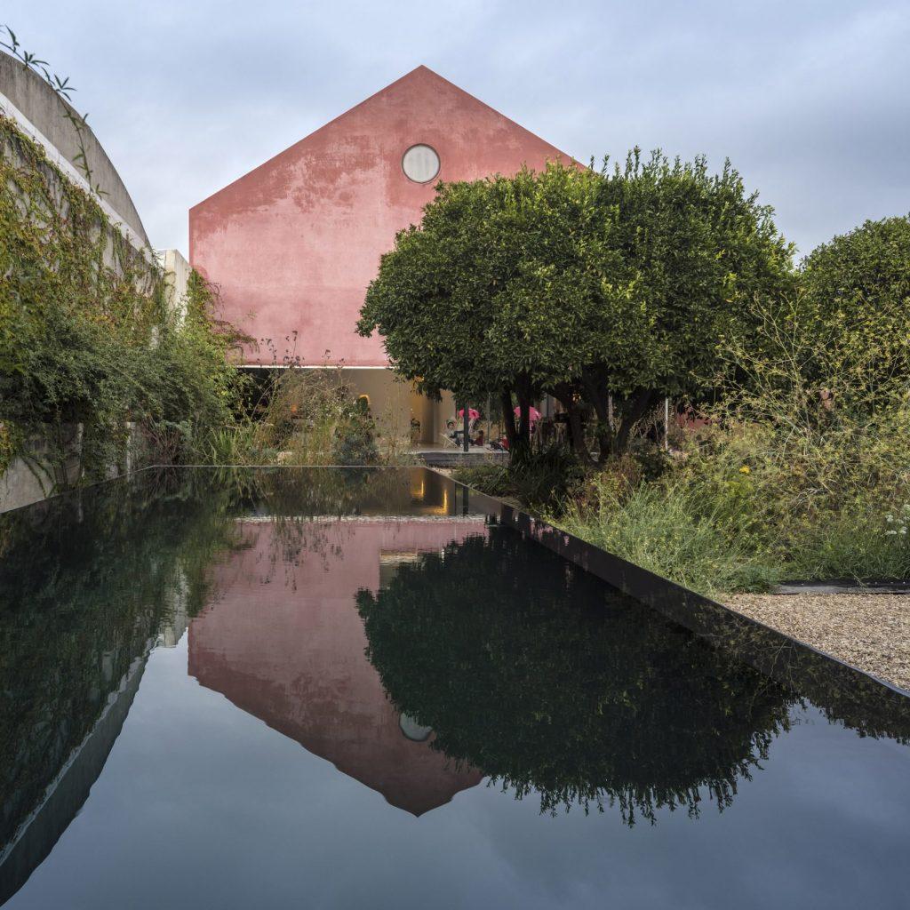 kiến trúc hiện đại màu hồng