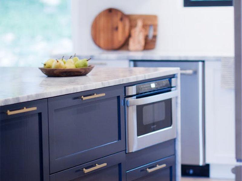 Cách ẩn lò vi sóng xấu xí trong căn bếp nhà bạn