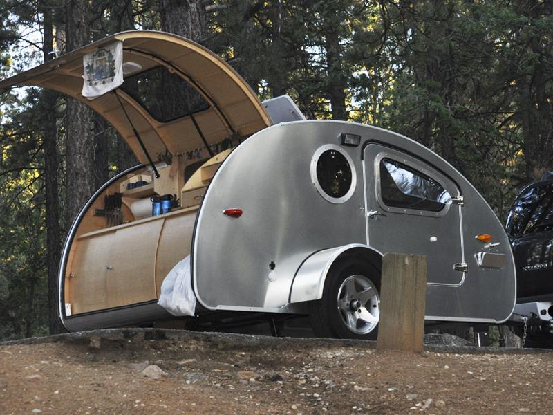 Xe kéo cắm trại hình giọt nước Vistabule thú vị dành cho các chuyến dã ngoại