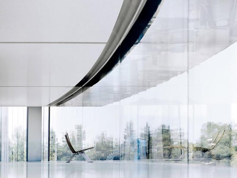 Nhân viên Apple liên tục tông thẳng vào tường kính trong suốt tại văn phòng mới!