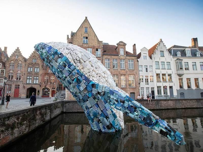 Chú cá voi xanh làm từ rác thải nhựa vươn lên từ dòng kênh ở Bruges, Bỉ