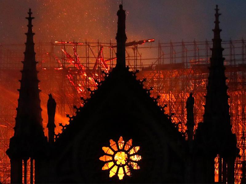 Nhà thờ Notre-Dame chìm trong biển lửa