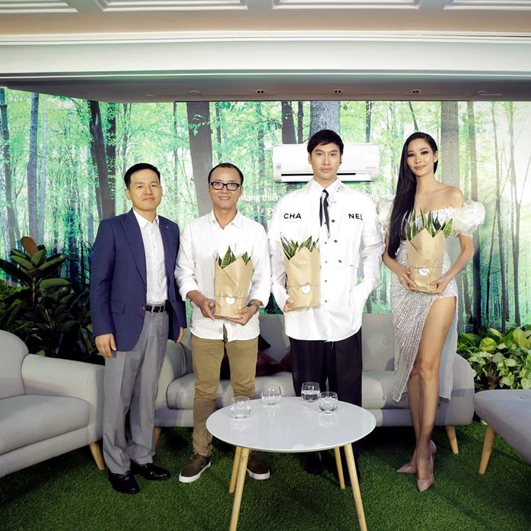 Từ trái qua phải: Ông Dustin Lee – Giám đốc ngành hàng điều hòa của LG Việt Nam, KTS Phạm Thanh Truyền, NTK Lý Quý Khánh, Á hậu Hoàng Thùy.