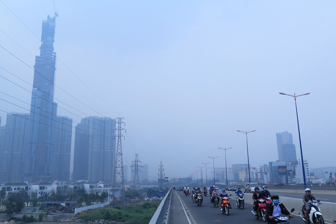 Người dân ở những thành phố lớn đang sống trong bầu không khí trắng đục như thế này. Ảnh: Ngọc Dương/Báo Thanh Niên