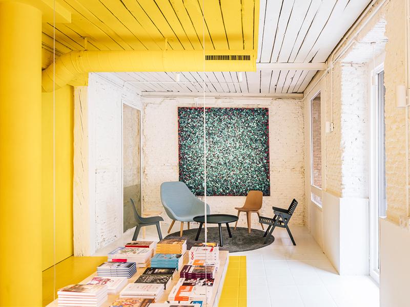 Cửa hàng mang sắc màu rực rỡ trong lòng công trình trăm tuổi