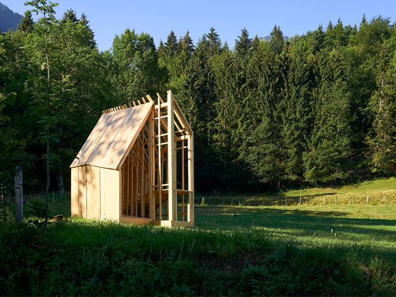 Nhà gỗ trên thảm xanh