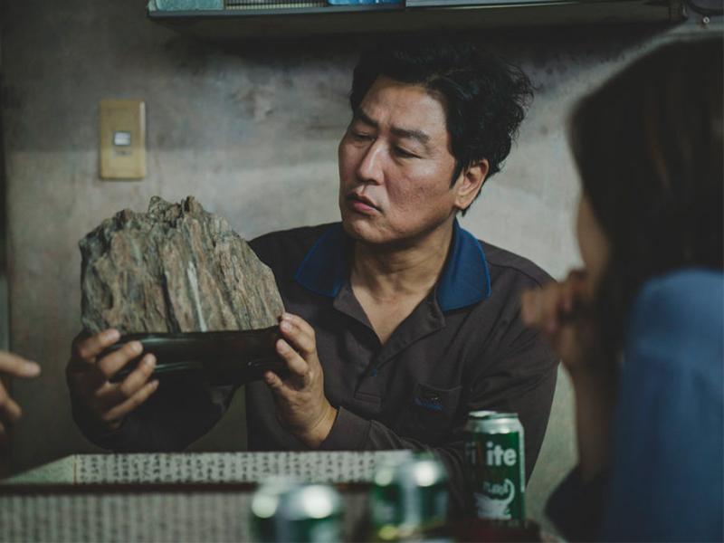 Sự thật về tảng đá may mắn trong phim Parasite