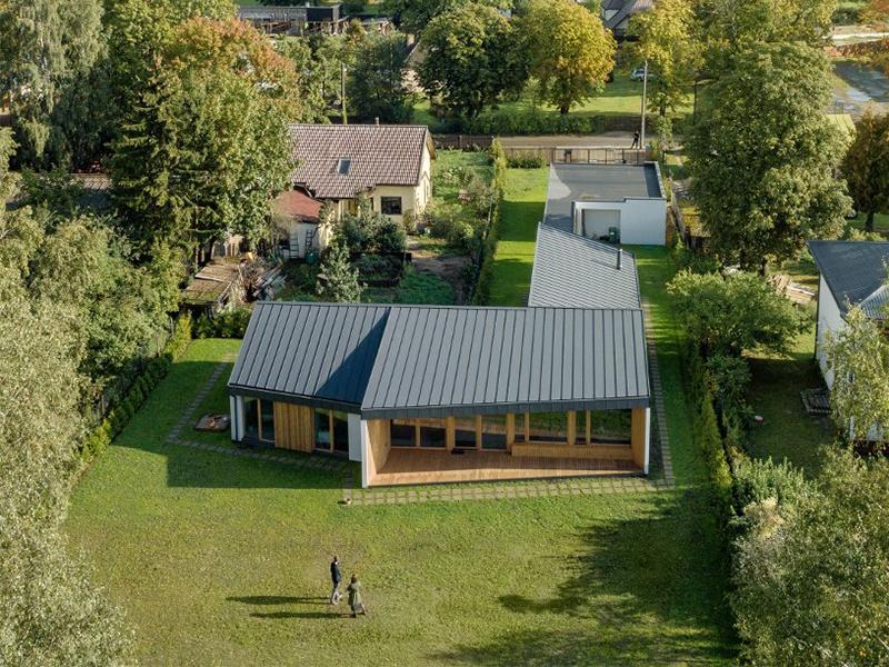 Ngôi nhà nằm dài trên trảng cỏ