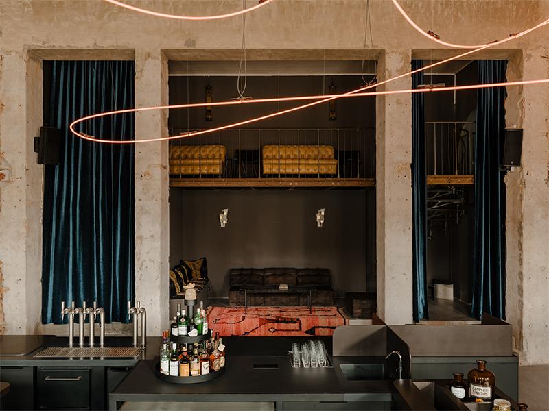 Kink restaurant - Đường bay của đèn neon