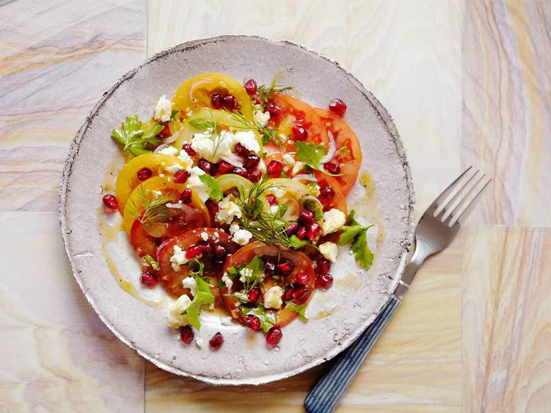 Salad cà chua trộn Feta, sốt lựu